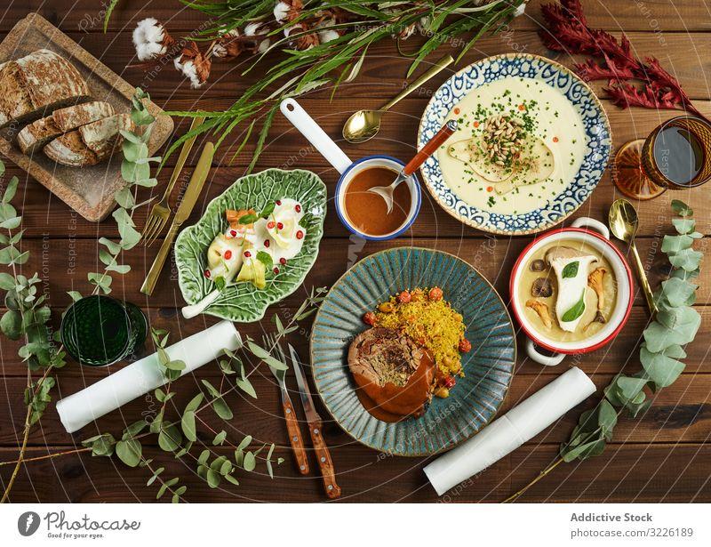 Frische Zweige um schmackhafte Gerichte Speise Feinschmecker serviert Tisch sortiert geschmackvoll Abendessen Lebensmittel Küche Mittagessen gekocht Fleisch