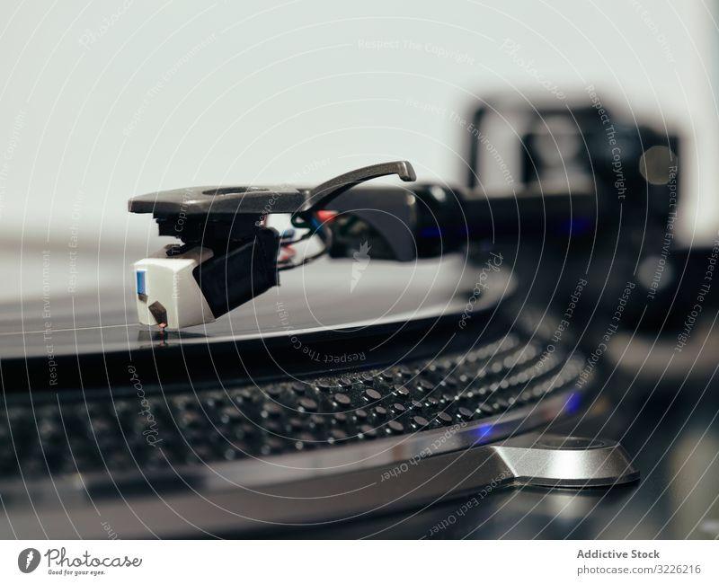 Vintage-Plattenspieler mit abspielender Vinyl-Phonoplatte Musik Plattenteller Aufzeichnen altehrwürdig Tonarm Audio schwarz Metall retro lp langes Stück