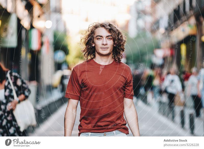 Verträumter moderner Mann auf der Straße der Stadt Spaziergang verträumt lässig T-Shirt gutaussehend urban besinnlich schlendern Großstadt Sommer asiatisch