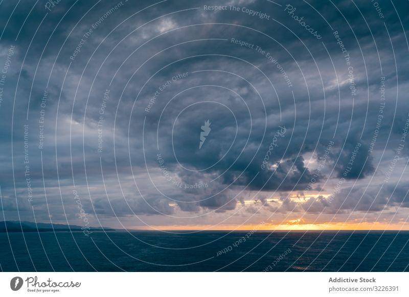 Graue Wolken am Sonnenuntergangshimmel über dem Meer MEER Unwetter bedeckt Himmel Wasser Verwirbelung Wetter dramatisch Natur Meereslandschaft Ansicht Cloud