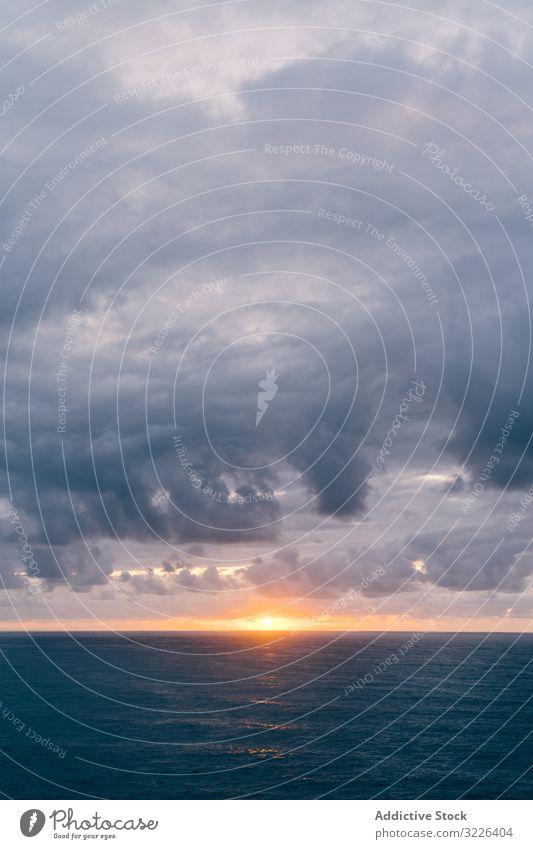 Grasbewachsene Küste in der Nähe der stürmischen See am Abend MEER Sonnenuntergang Ufer Unwetter bedeckt Himmel winken schäumen Wasser Wetter dramatisch Meer