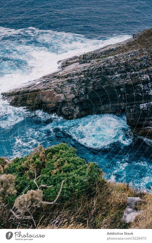 Meereswellen brechen in Klippennähe MEER Felsen Unwetter schäumen winken bedeckt Himmel Wasser Wetter dramatisch Sonnenuntergang Natur Ufer Küste