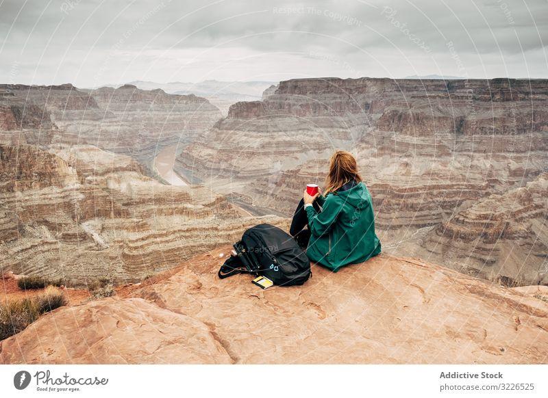 Frau entspannt sich auf der Klippe und bewundert malerische Aussicht Schlucht ruhen Felsen sich[Akk] entspannen bewundern Ansicht ruhig Jacke USA Natur