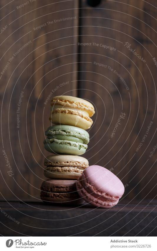 Stapel frischer knuspriger Makronen Dessert farbenfroh Snack Lebensmittel Wand hölzern Biskuit süß Feinschmecker sortiert Gebäck Konfekt traditionell lecker