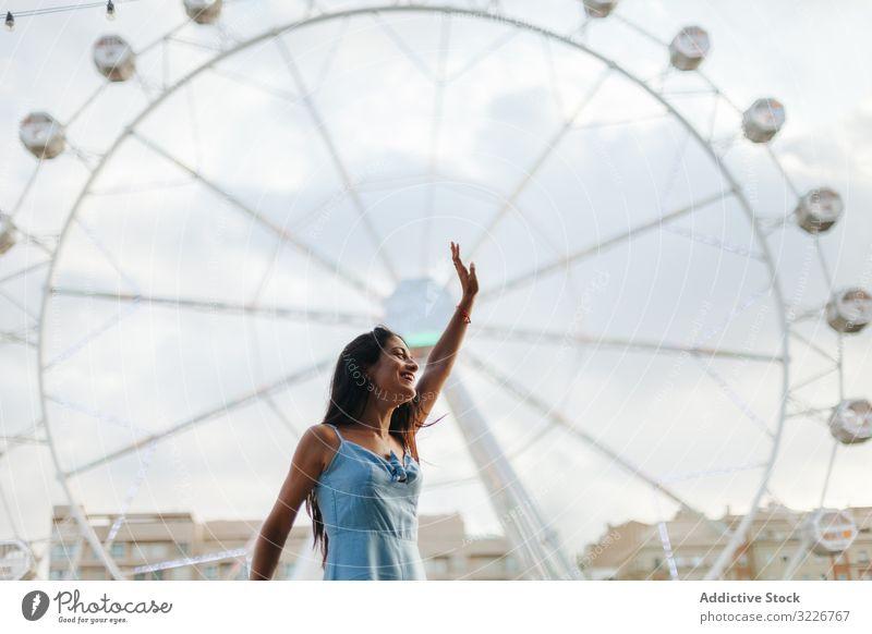 Verträumte Frau ruht sich am Riesenrad im Vergnügungspark aus verträumt Sommer Messegelände Sonnenkleid ruhen entspannt Windstille Entertainment wehmütig