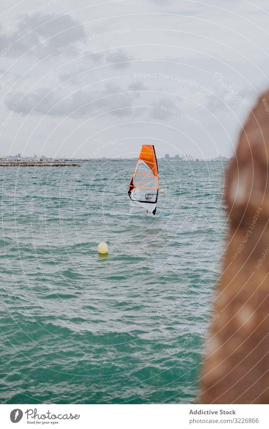Orangefarbenes Segelboot auf Wellen in türkisfarbenem Meer Boot MEER Jacht Wasser Wind Sport Freiheit winken Urlaub Horizont malerisch Verkehr reisen nautisch