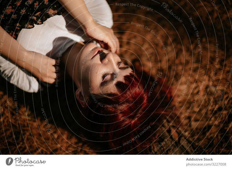 Junge Frau am Boden liegend Wald Lügen geschlossene Augen Konzept ruhen jung Natur friedlich rot sich[Akk] entspannen Windstille ruhig Gelassenheit Harmonie