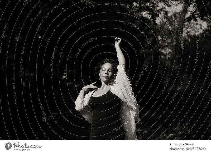 Sinnliche Frau tanzt in der Natur Tanzen erhobener Arm geschlossene Augen sinnlich Baum zierlich elegant Landschaft Wald Freude Bewegung Windstille ruhig
