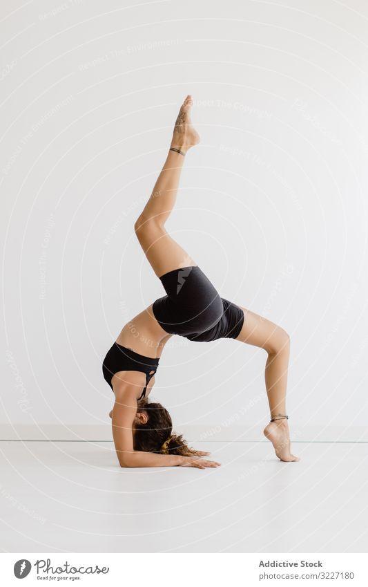 Sportliche Frau, die im Raum eine Yogapose einnimmt praktizieren positionieren Erholung Übung schön Fitness Freizeit Training meditieren Wellness