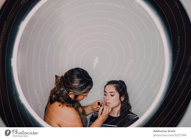 Professionelle Visagistin schminkt junge Frau Make-up Lippenstift Schönheit professionell Künstler Kosmetik Industrie Klient arbeiten visagiste Beruf Gesicht