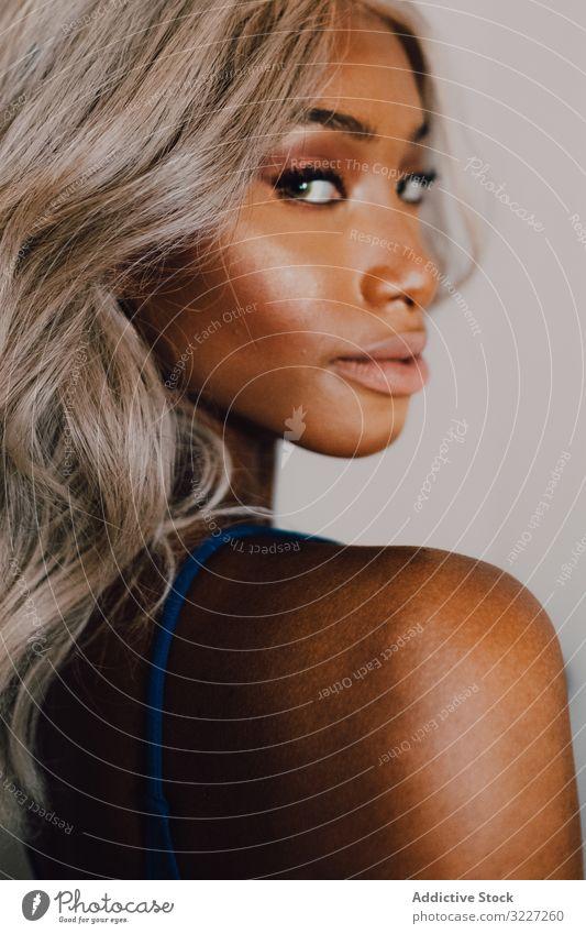 Charmante schwarze Frau in blauem Trendkleid modisch Kleid Stil Mode Glamour Individualität Schönheit Model Glanz Erwachsener Accessoire Ohrringe tragend