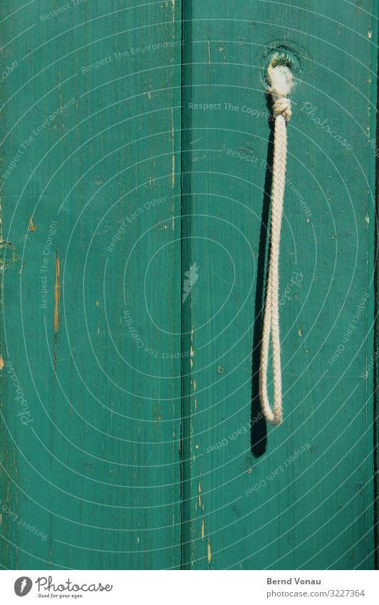 schnurgerade Dorf Haus Hütte Tür alt Holz grün Schnur Schlaufe Eingang Armut einfach Loch Lack Farbe weiß primitiv simpel Farbfoto Außenaufnahme Menschenleer