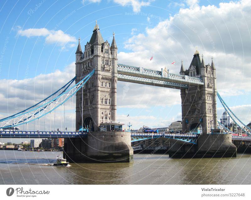 Tower Bridge Ferien & Urlaub & Reisen Tourismus Sightseeing Städtereise Wasser Himmel Wolken Fluss Hauptstadt Stadtzentrum Brücke Bauwerk Sehenswürdigkeit