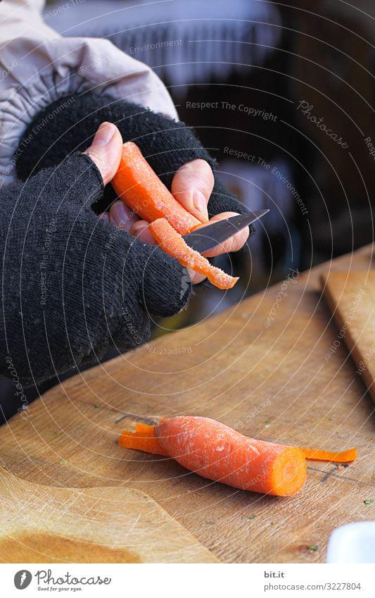 Vorsicht scharf l Möhren schälen Lebensmittel Gemüse Suppe Eintopf Ernährung Bioprodukte Vegetarische Ernährung Diät Messer Arbeit & Erwerbstätigkeit Beruf Koch