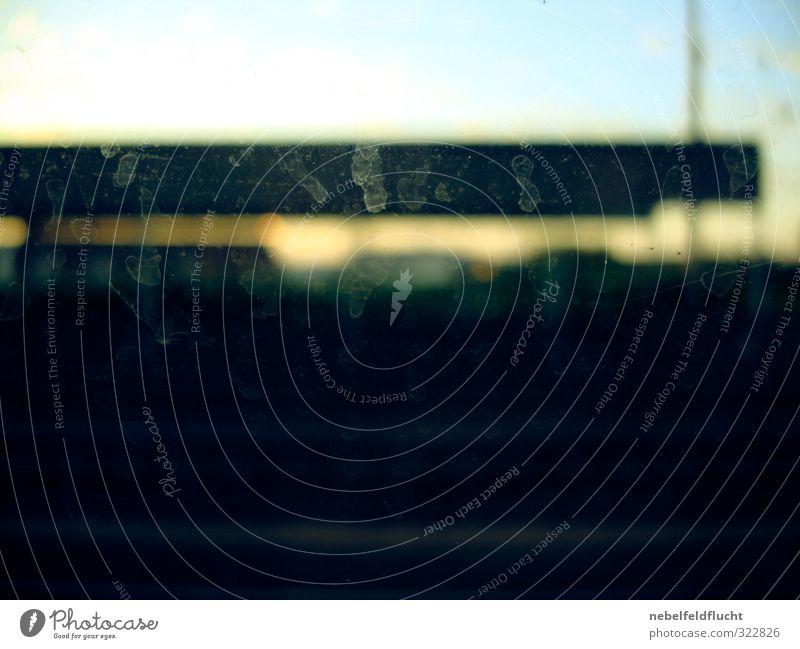 Dreckiges Bahnfenster mit Fingerabdrücken Verkehr Öffentlicher Personennahverkehr Straßenverkehr Bahnfahren Busfahren Personenzug S-Bahn U-Bahn Straßenbahn