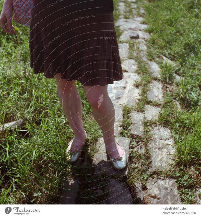 Mädchen mit Kleid Mensch Frau Kind Natur Jugendliche Sommer Junge Frau 18-30 Jahre Erwachsene Leben Gras feminin Stil Lifestyle Beine