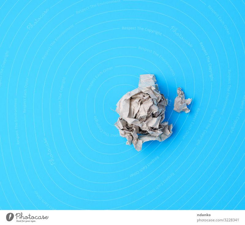 Kugel aus zerknittertem grauen Papier auf blauem Hintergrund Design Dekoration & Verzierung Handwerk dreckig retro weiß blanko Schaden Schriftstück Saum leer