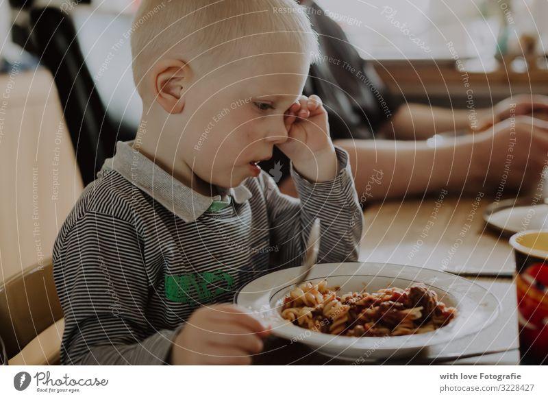 Müdikeit Mensch maskulin Kleinkind Junge Kindheit 1 1-3 Jahre Essen sitzen Müdigkeit Gesunde Ernährung Nudeln gähnen Farbfoto Innenaufnahme Tag