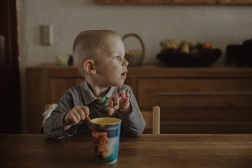 Das große Warten Mensch Junge maskulin blond Kindheit warten Küche Getränk Kleinkind Appetit & Hunger Vorfreude Mittagessen Becher 1-3 Jahre
