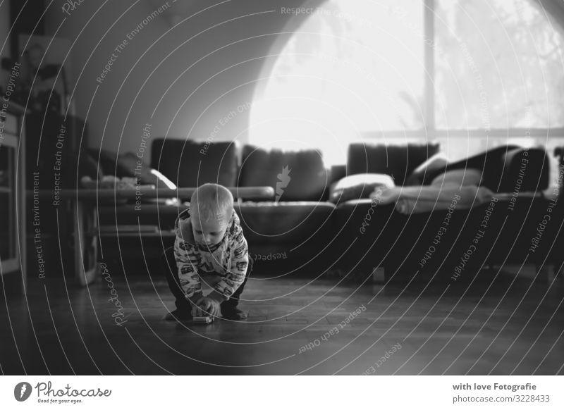 Der Spielmoment Mensch maskulin Kleinkind Junge Kindheit Leben 1 1-3 Jahre Spielzeug gebrauchen berühren Bewegung entdecken hocken träumen Gefühle Glück
