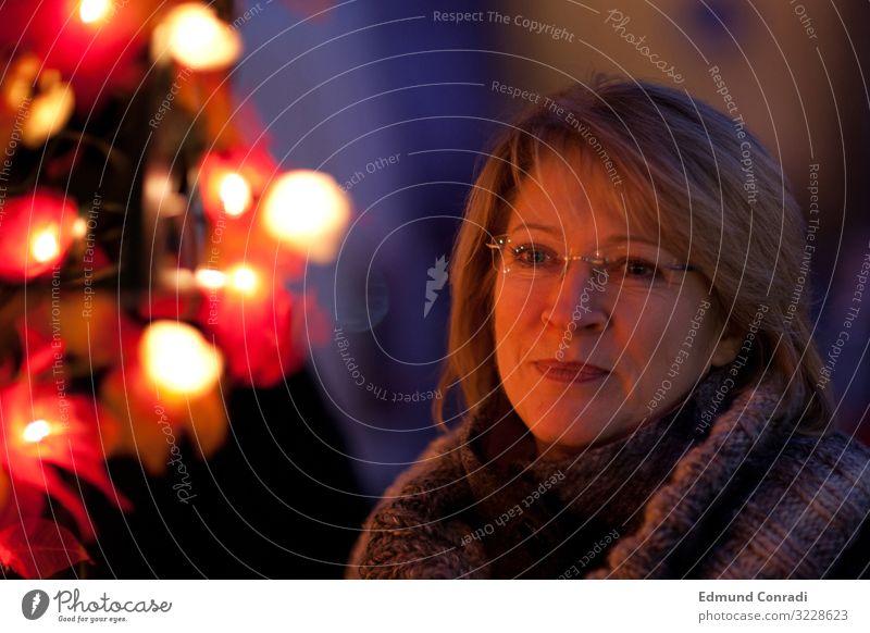Weihnachtsstimmung harmonisch Weihnachten & Advent Frau Erwachsene Kopf Gesicht 1 Mensch 45-60 Jahre blond langhaarig rot Gedeckte Farben Außenaufnahme Nacht