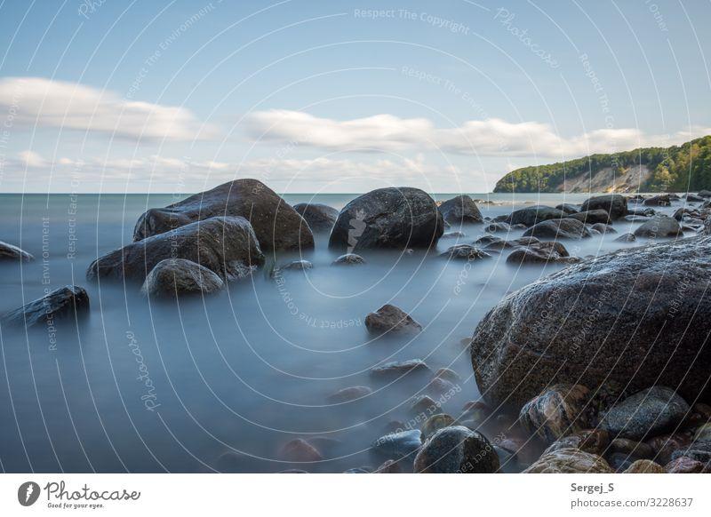 Steine Umwelt Landschaft Urelemente Wasser Himmel Wolken Sommer Schönes Wetter Küste Ostsee Insel Rügen fest groß blau Steinstrand Farbfoto Außenaufnahme