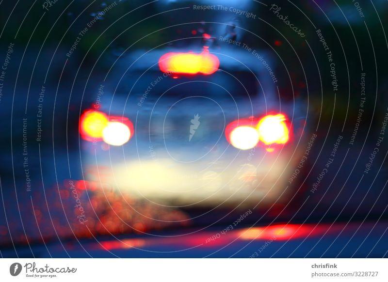 Rücklichter von Auto in Dunkelheit Verkehr Verkehrsmittel Straßenverkehr Autofahren Fußgänger Fahrzeug PKW Hinweisschild Warnschild Verkehrszeichen Angst