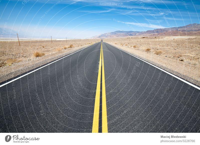 Leere malerische Wüstenstraße im Death Valley, USA Ferien & Urlaub & Reisen Tourismus Ausflug Abenteuer Ferne Freiheit Expedition Camping Fahrradtour Sommer
