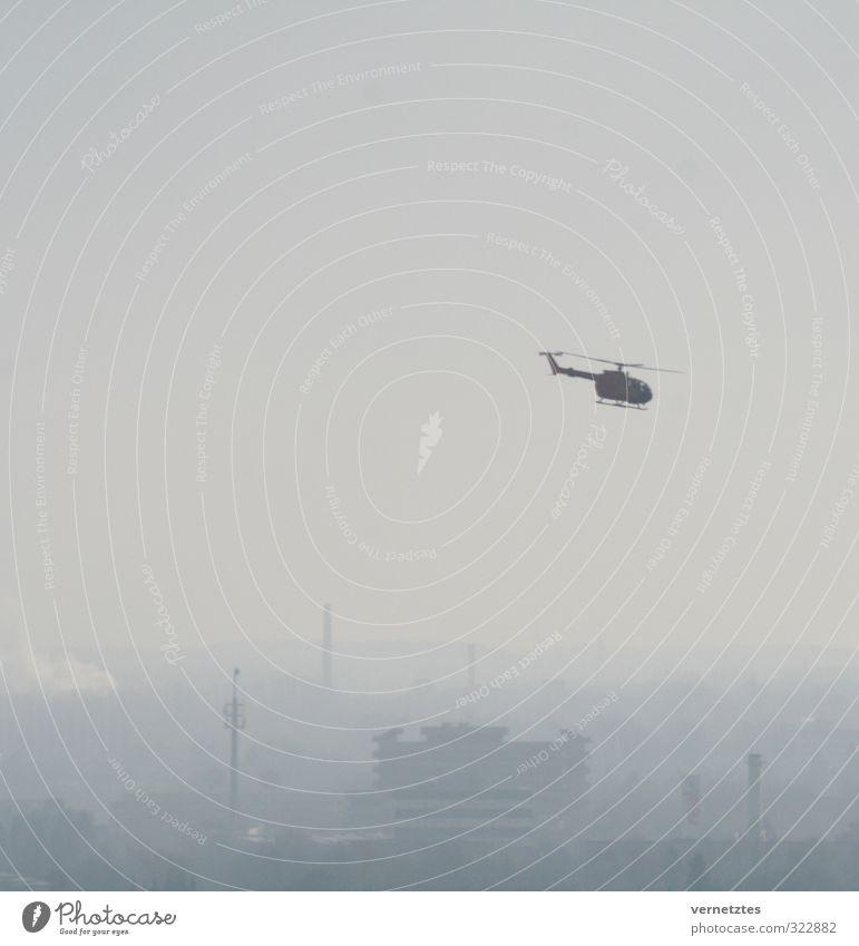 Hubschrauber Luft Stadt Skyline Rettungshubschrauber fliegen grau Farbfoto Gedeckte Farben Außenaufnahme Menschenleer Textfreiraum links Textfreiraum oben