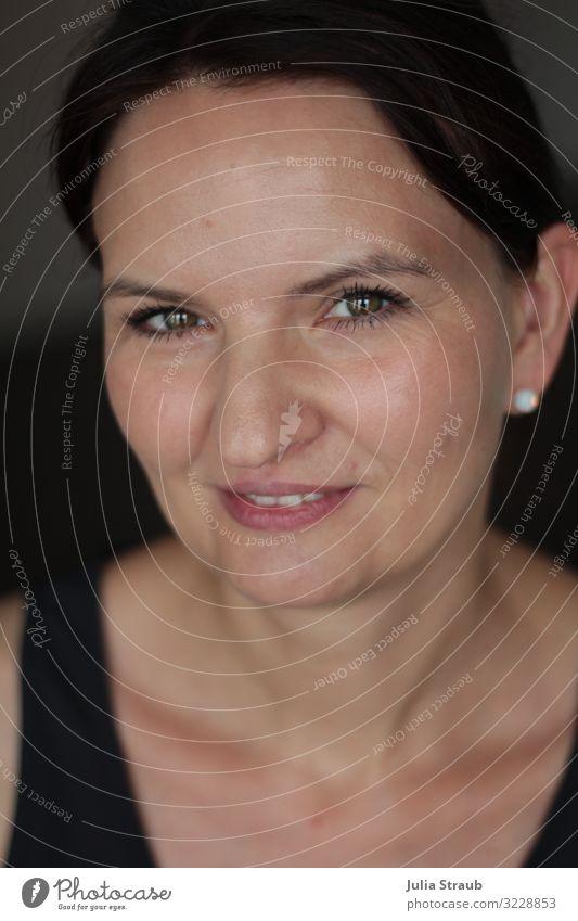 Frau schön porträt feminin Erwachsene 1 Mensch 30-45 Jahre Ohrringe Perle schwarzhaarig Zopf glänzend Lächeln Fröhlichkeit Zufriedenheit Farbfoto Innenaufnahme