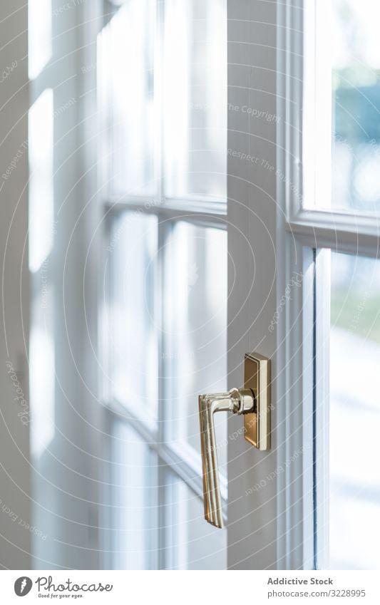Minimalistische Balkontür mit glänzendem Knauf Anwesen Türöffnung Handgriff klassisch Innenbereich durchsichtig Stil Design hölzern zugeklappt Eingang Ausfahrt