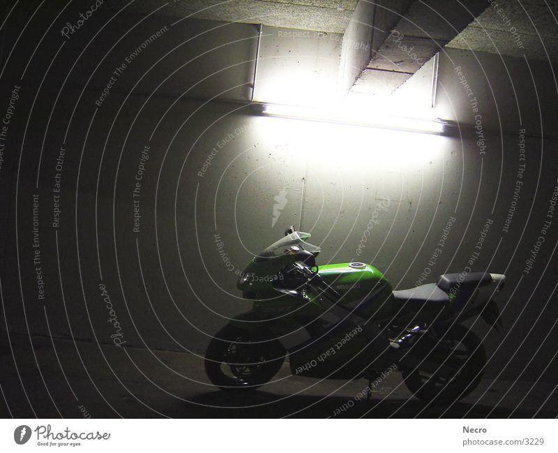 Bike dunkel kalt Verkehr Motorrad Maschine Garage