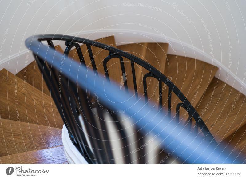 Klassische Holztreppe mit breiten Holzstufen Treppenhaus klassisch hölzern Design Villa Herrenhaus Anwesen Schritt Geländer Reling Haus Innenbereich Licht