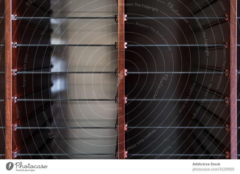 Aufbewahrungsort in minimalistischem Holzschrank Regal Glas Schrank modern Lager Haus hölzern Appartement Kabinett offen leer glänzend Architektur trendy