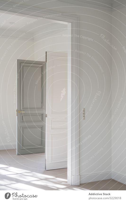 Innenansicht der weißen Halle mit geöffneter Tür Innenbereich Saal Design Licht Eingang Appartement modern aufgeklappt Sauberkeit minimalistisch stylisch offen