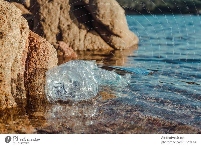 Am Meeresufer liegende Plastikflasche Kunststoff Abfall Ökologie Natur Strand Verschmutzung Müll Flasche dreckig schädlich Sand Lügen marin Gefahr Umwelt