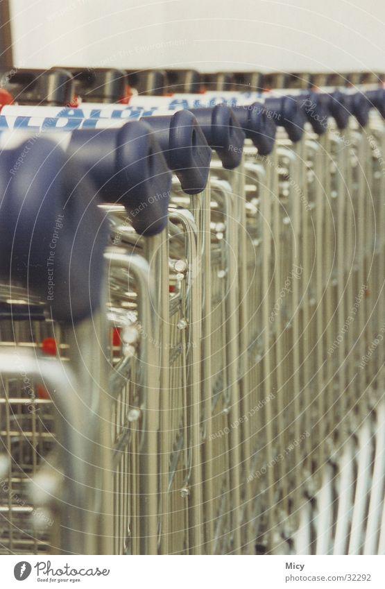 Aldi Einkaufswagen obskur Perspektive Detailaufnahme Metall Nahaufnahme