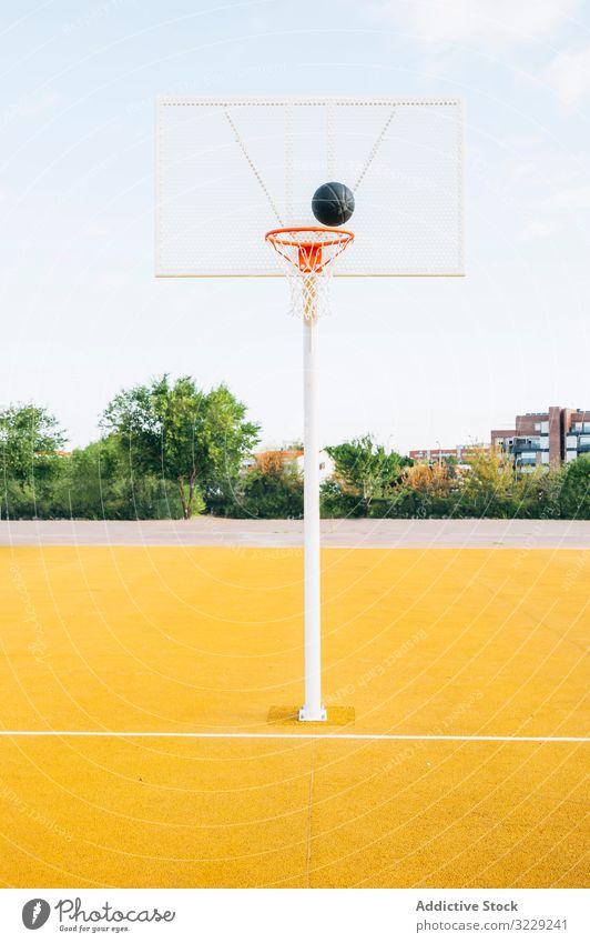 Gelber Basketballplatz und schwarzer Ball im Freien Mann Athlet Konkurrenz Sportgerät Erwachsener Erholung Aktion Porträt aktiv Aktivität Asphalt sportlich