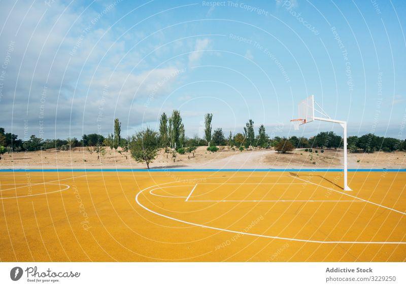 gelber Basketballplatz im Freien. Konkurrenz Erholung Aktion Ball Porträt aktiv Aktivität Asphalt sportlich Großstadt Tropfen Energie Ethnizität Übung Spiel