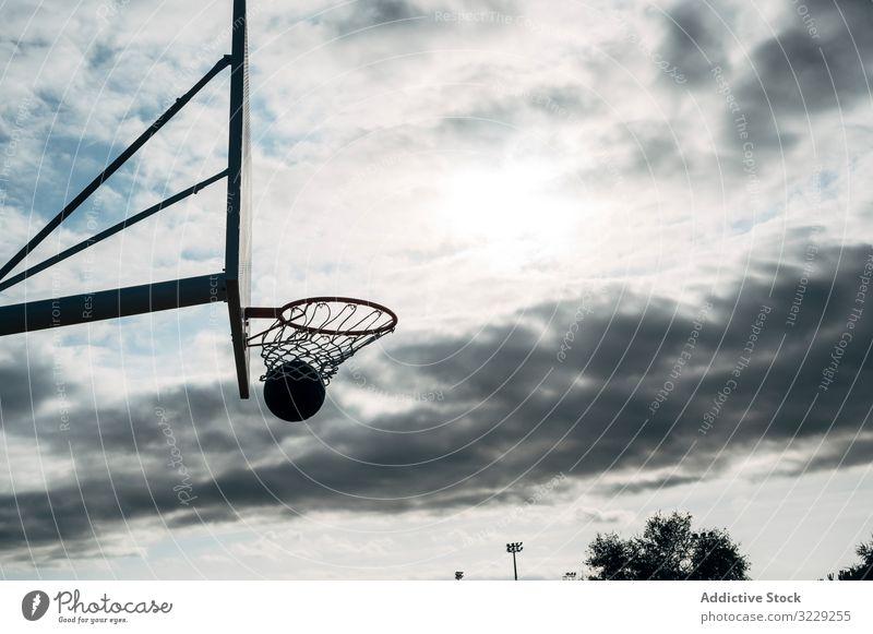 Ball in den Korb auf dem Basketballfeld im Freien und schwarzer Ball Mann Athlet Konkurrenz Sportgerät Erwachsener Erholung Aktion Porträt aktiv Aktivität