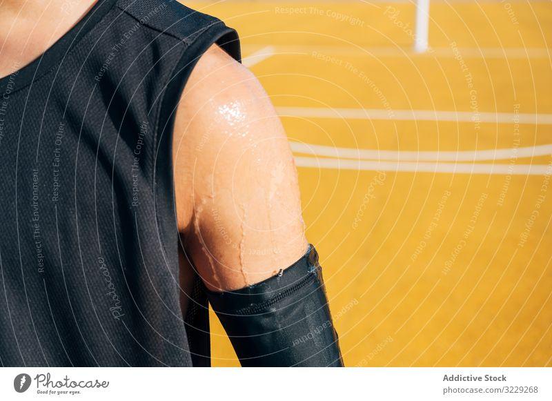 Kropfschulter eines jungen Mannes, der auf einem Basketballplatz spielt Athlet Konkurrenz Sportgerät Erwachsener Erholung Aktion Ball Porträt aktiv Aktivität