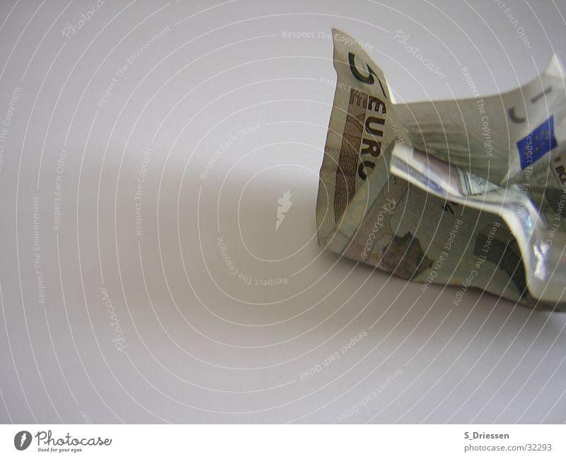Fünf Euro zerknittert Farbfoto Studioaufnahme Textfreiraum links Schatten Geld Ziffern & Zahlen Eurozeichen kaputt braun grün Macht 5 Falte Europa Geldscheine