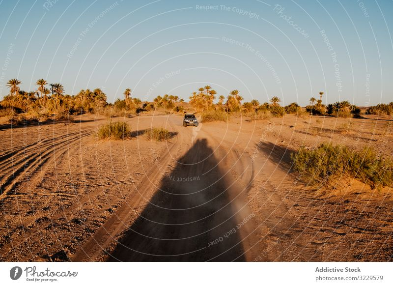 Autoreise an bewölktem Tag Straße Ausflug Fahrzeug wolkig Himmel Hügel Ebene Marokko Afrika Wetter niemand PKW Urlaub Reise reisen Tourismus Verkehr