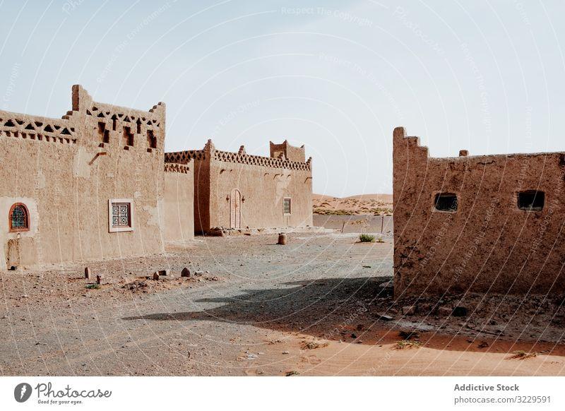 Traditionelle arabische Häuser in der Stadtstraße Haus traditionell Straße Kultur Außenseite Marokko Afrika Himmel wolkenlos Architektur Ornament Gebäude
