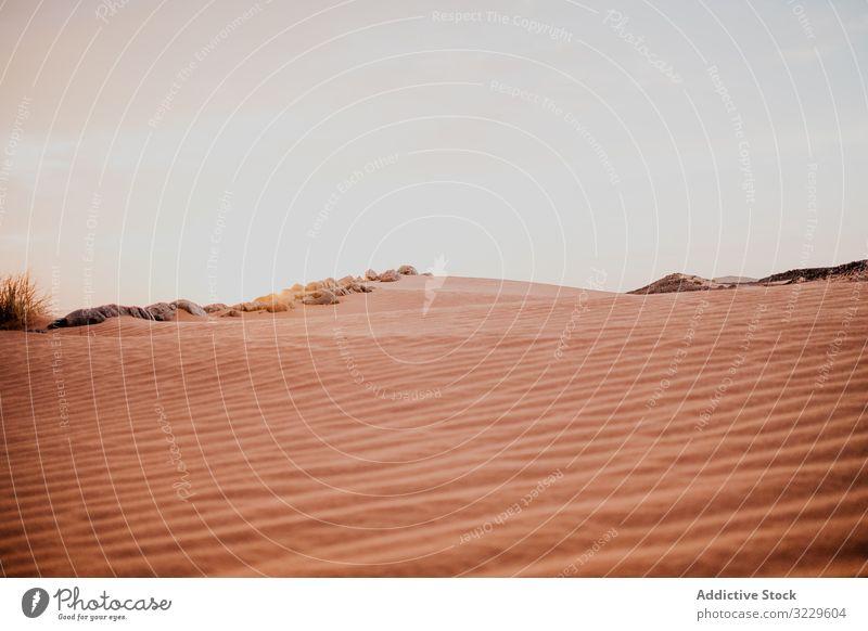 Sonnenuntergangshimmel über Hügeln in der Wüste wüst Sand Himmel wolkig Felsen trocken Marokko Afrika Abend niemand Landschaft Natur Düne Stein Felsbrocken