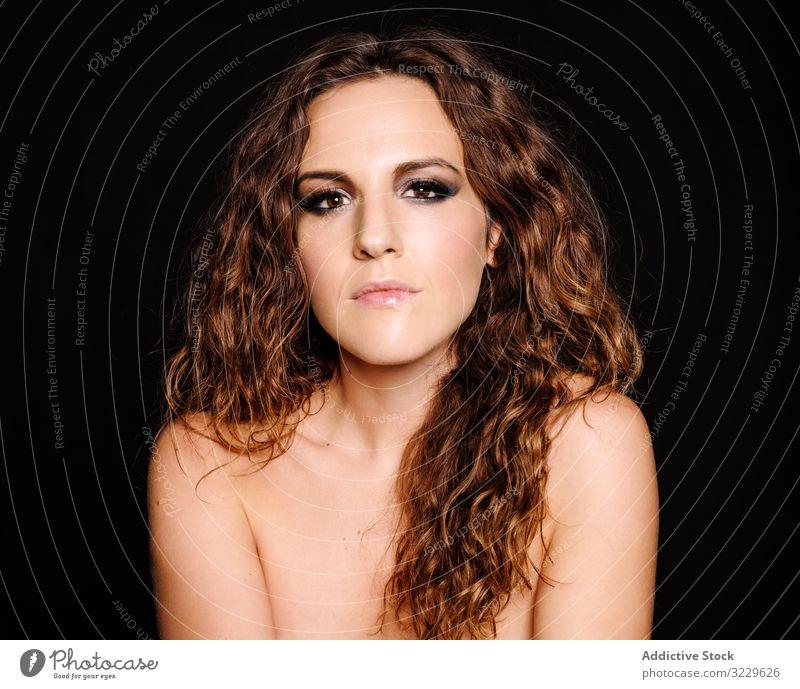 Schönes Modell schaut in die Kamera Frau Make-up brünett Porträt Lächeln Gesicht krause Haare Vorschein Schwenkkopf jung nackte Schultern offener Mund sanft