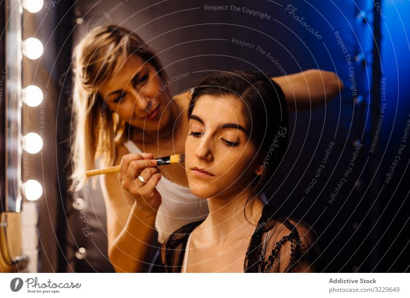 Maskenbildnerin beim Schminken für junge Künstlerinnen Frau Frauen Make-up Schönheit Mode Glamour professionell Beruf Ankleidezimmer Stylist Model attraktiv