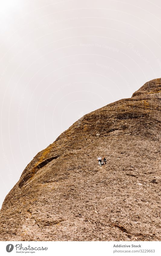 Bergsteiger, die den Berg Montserrat besteigen, wild Gefahr Sicherheit gefährlich felsig Trekking Sommer Wanderer extrem aktiv wandern vertikal Klettern