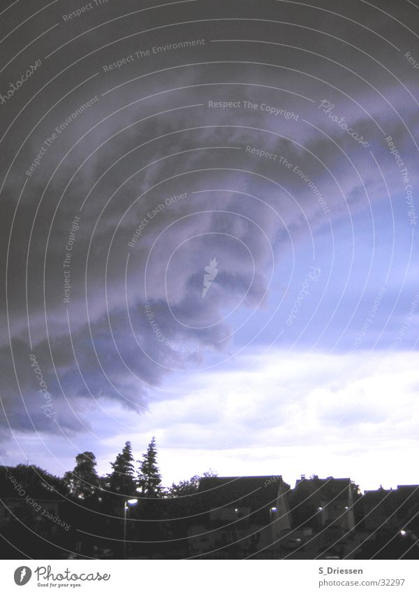 Das Ungeheuer kommt... Himmel Natur weiß blau Wolken Haus schwarz dunkel Regen Wetter Deutschland Unwetter Tanne unheimlich Klimawandel Ruhrgebiet