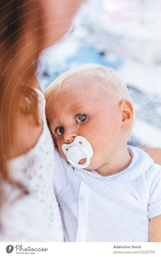 Blondes Baby mit Schnuller blond Eltern Mutterschaft Frau Kopf Partnerschaft Komfort Säuglingsalter Familie saugen klein unschuldig Kindheit Porträt bezaubernd